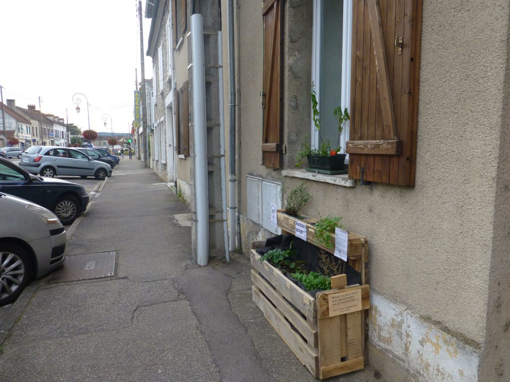 bonnieres-sur-seine_bac-potager-sur-le-trottoir-de-lavenue-de-la-republique